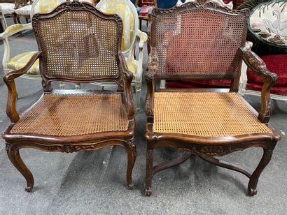 Deux fauteuils canné en bois naturel mouluré...