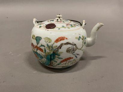 Théière en porcelaine de Chine à décor polychrome...