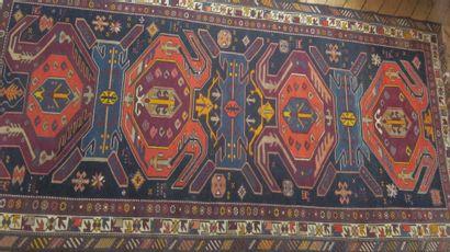 Lot de quatre tapis :  -Deux à fond bleu...