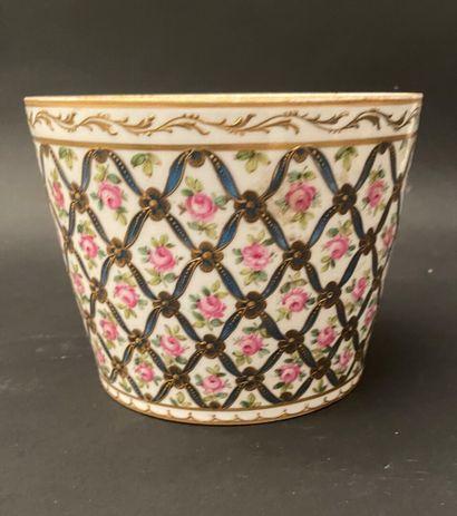 Cache-pot en porcelaine à décor émaillé polychrome...