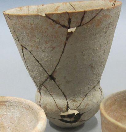 Lot composé de 3 poteries.  Argile beige....