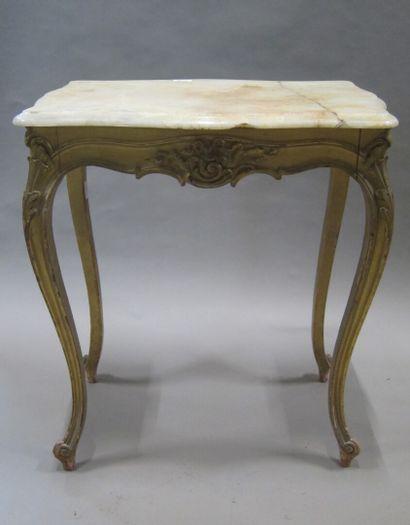 Petite table de salon en bois doré et sculpté...