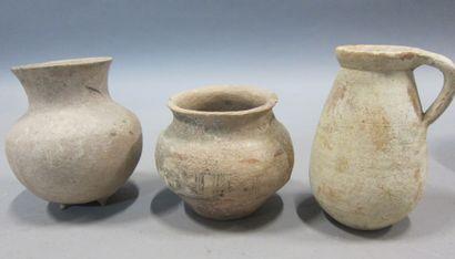 Lot composé de trois poteries dont une peinte...