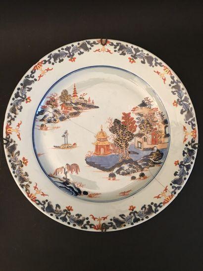 CHINE. Plat en porcelaine à décor Imari de...