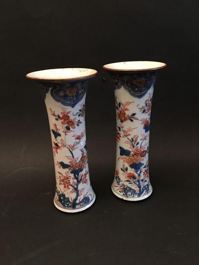 CHINE. Paire de vases cornet en porcelaine...