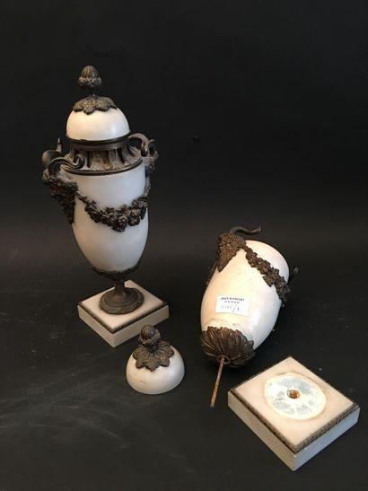 Paire de vases couverts en marbre blanc,...