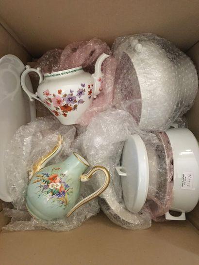 Lot de vaisselle en porcelaine blanche dépareillé...