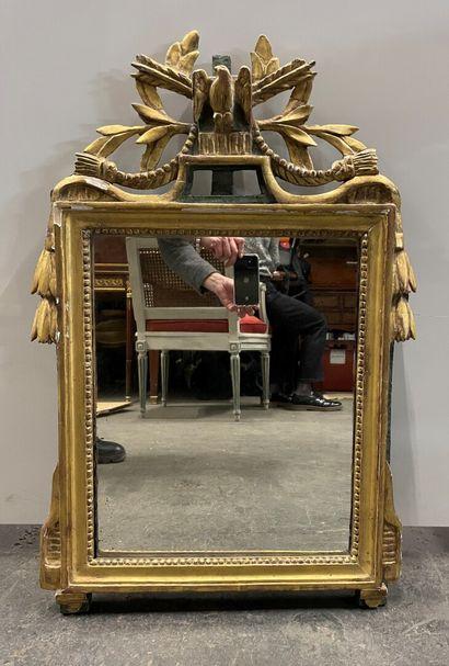 Miroir en bois sculpté, doré et laqué vert...