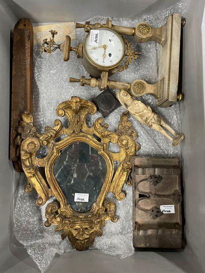 Lot de bibelots : pendule, miroir, serrure...
