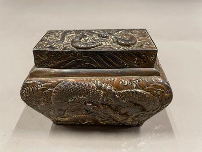 Chine, Boîte couverte en bronze argenté à...