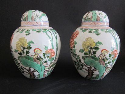 Paire de vases couverts de forme ovaoïde...