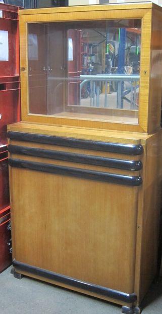 Paire de vitrines en placage de bois clair,...