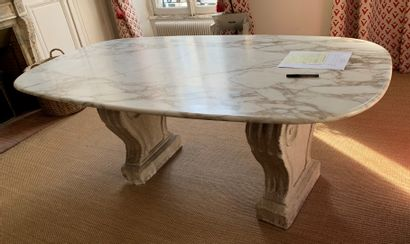Table ovale de salle à manger reposant sur...