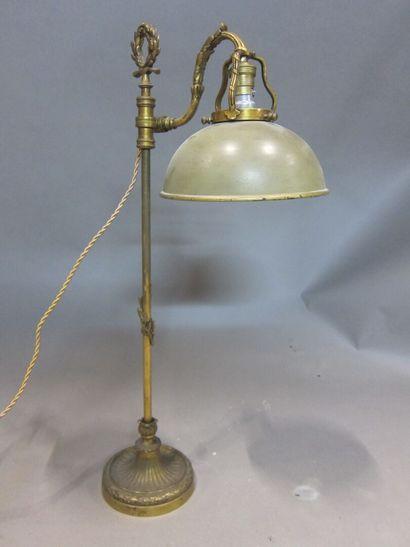 Lampe de bureau à abat-jour de tôle laquée...