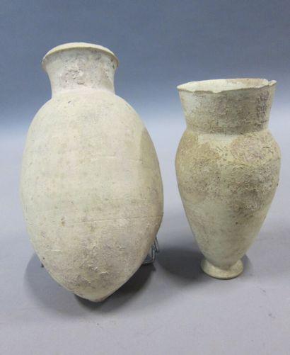 Lot composé de deux vases et d'une pierre...