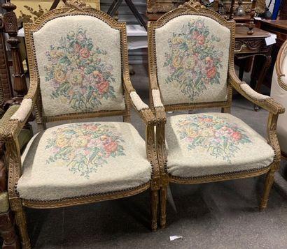 Paire de fauteuils en bois doré sculpté d'une...