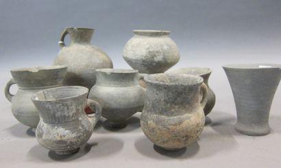 Lot composé de 8 poteries, principalement...