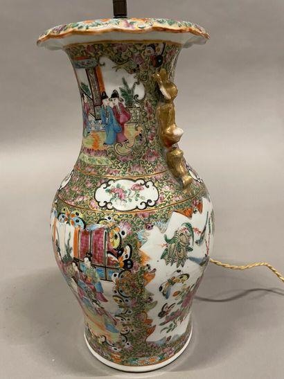 Vase en porcelaine de Canton à décor polychrome,...