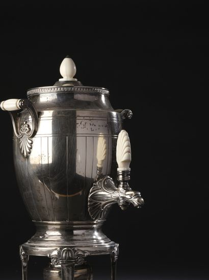 Jean-Émile PUIFORCAT (1897-1945)  Service à thé et café en argent à poignées et...