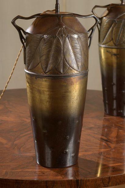 TRAVAIL ETRANGER 1900  Paire de vases en cuivre et étain, montées en lampe à décor...