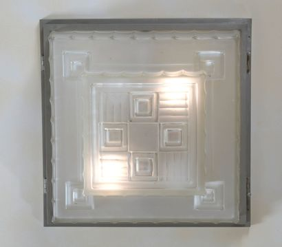 SABINO  Plafonnier à corps carré en bronze et verre blanc moulé pressé.  49 x 49...