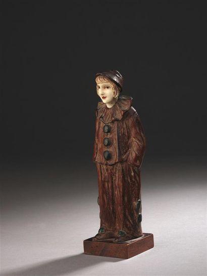 Georges VAN DER STRATEN (1856-1926)  Jeune femme en pierrot  Bois sculpté à tête...