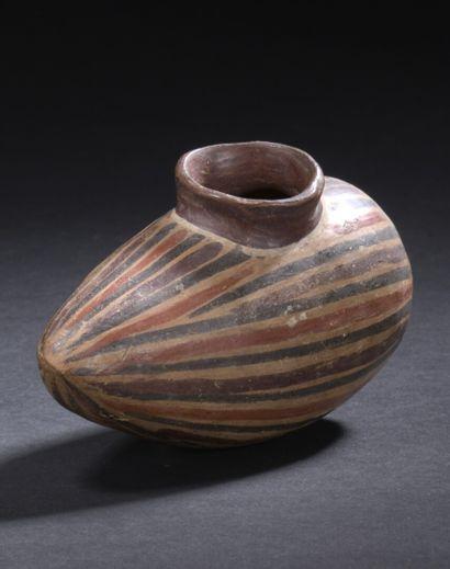 Vase en forme de fruit  La panse est peinte...