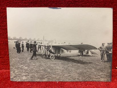 Lucien LOTH (1885-1978)  Avion au sol entourés de mécaniciens  Première et deuxième...