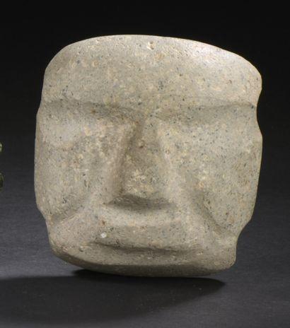 Pendentif représentant une tête stylisée....