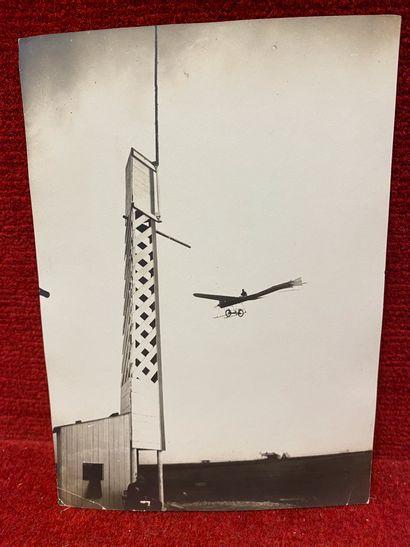 Lucien LOTH (1885-1978)  Avion qui vire à la tour de contrôle en 1910  Deuxième...