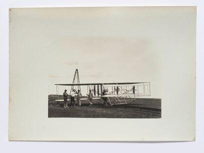 Lucien LOTH (1885-1978)  Avion au sol entourés...