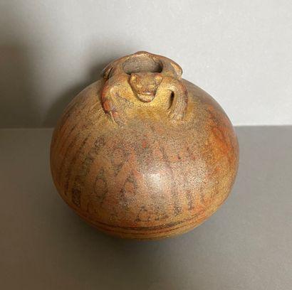 Vase pansu surmonté d'un animal stylisé....