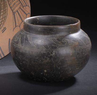 Vase pansu à décor de volutes gravées  Terre...