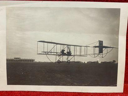 Lucien LOTH (1885-1978)  Avion qui survole les tribunes  Première et deuxième Semaines...