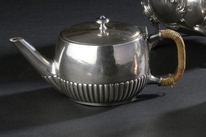 Selfish silver teapot with gadroon motifs...