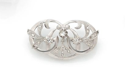 Interlacing brooch in white gold and leaves...