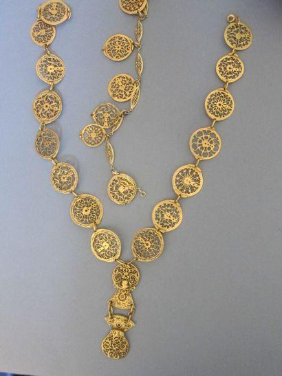 Parure composée d'un bracelet et d'un collier en coqs de montres en laiton doré...