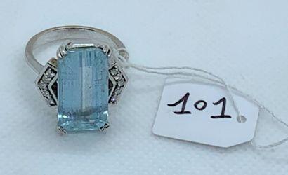 18K (750) white gold ring set with a rectangular...