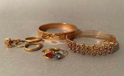 Lot of yellow gold jewellery: three wedding...