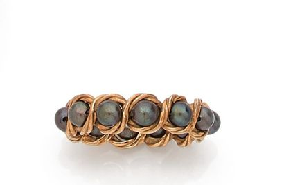 Wedding band of 12 tinted cultured pearls...