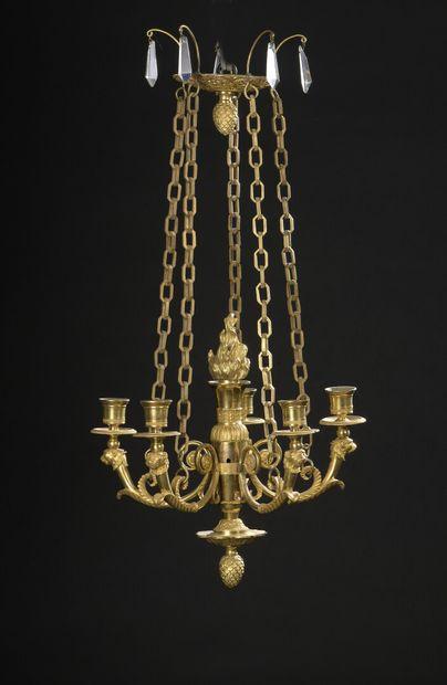 Petit lustre en bronze doré à cinq lumières...
