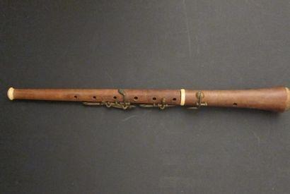 Petite flute en bois et bagues ivoire (manque...