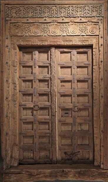 INDE - XIXe siècle  Importante porte en bois...