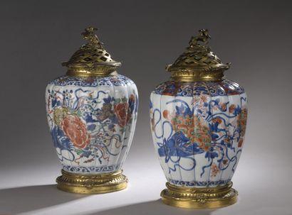 Paire de vases pot-pourri en porcelaine Imari...
