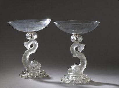 Deux coupes en verre, le fût formé d'un dauphin...
