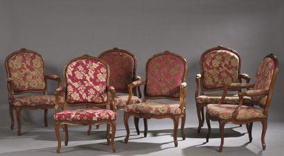 Suite de six fauteuils en hêtre mouluré et...