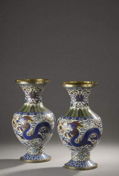 CHINE - XXe siècle  Paire de vases en bronze...