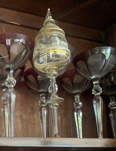 Deux verres couverts en verre à décor émaillé...