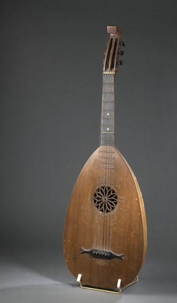Guitare-luth à 6 cordes de facture allemande....