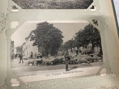 Un album de cartes postales d'Avignon, de...